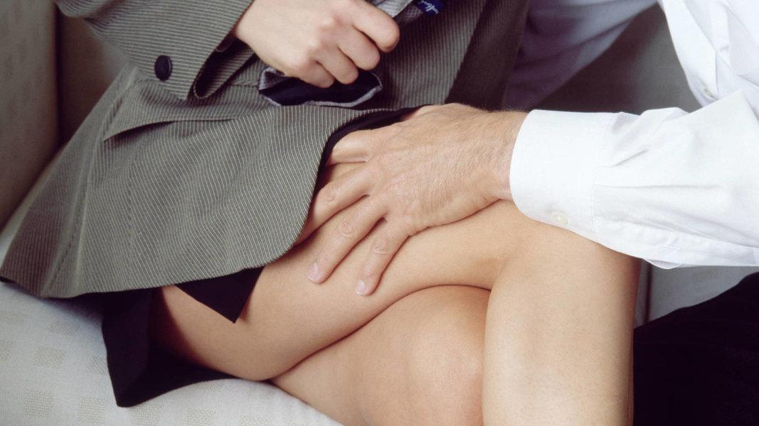 красивая девушка засунул руку под юбку видео эти